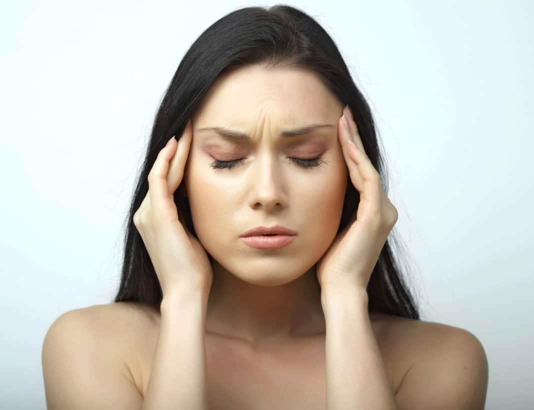 Менструальная мигрень: причины при месячных и после них, как лечить и что делать, боль при ПМС