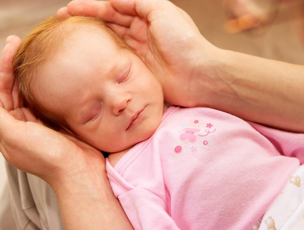 Судороги у новорожденного: причины их появления, диагностика и лечение